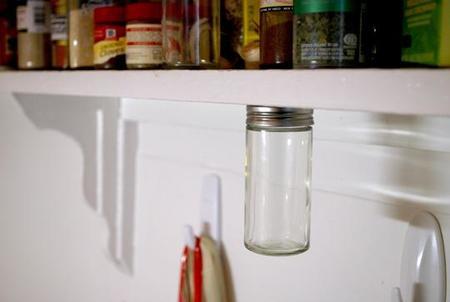 Hazlo tú mismo: ahorra espacio colocando los botes debajo de las estanterías