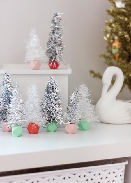 Hazlo tú mismo: mini árboles de Navidad, baratos y sencillos, con espumillón