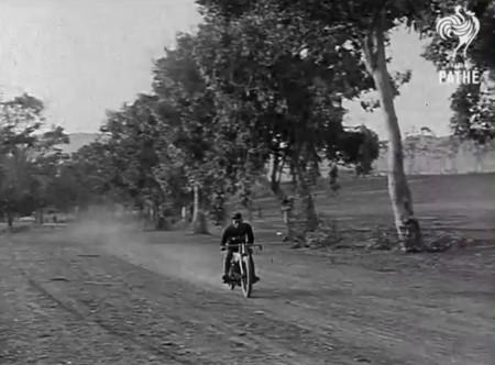 El primer salto base con moto no acabó del todo bien