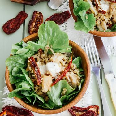 Ensalada de quinoa y pescado con jitomate deshidratado. Receta de ensalada saludable