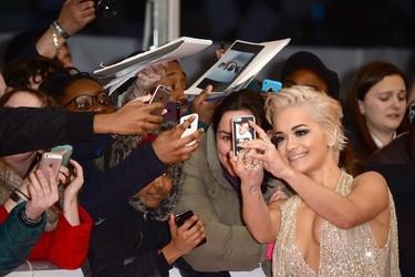 Rita Ora juega al despiste en los Brit Awards con su mono-falda