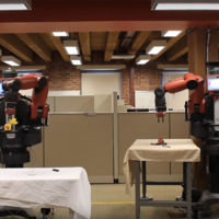 Estos robots pueden enseñar y aprender entre sí a agarrar objetos nuevos