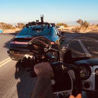 Un club motero ayuda a un coche autónomo a reconocer las motos haciéndole perrerías en la carretera