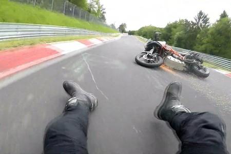 Y esto es lo que pasa por buscar los límites de una KTM 1290 Super Adventure R en Nürburgring: que te caes