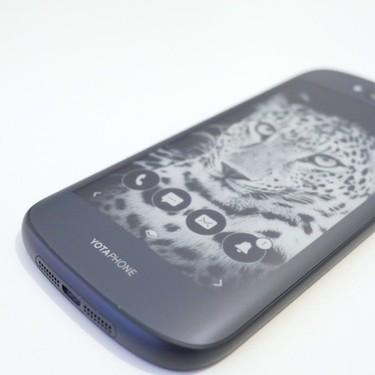 Adiós a los Yotaphone: la empresa creadora del móvil con pantalla de tinta electrónica declara la bancarrota