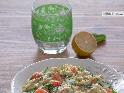 Curry verde de pollo con verduras y arroz. Receta de plato de cuchara exótico