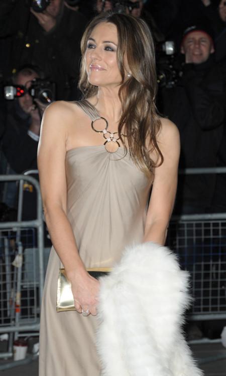 Elizabeth Hurley con un vestido nude perlado en la National Portrait Gallery Febrero 2014