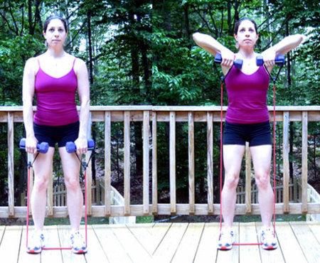 Usa pesas y banda elástica al mismo tiempo para trabajar hombros