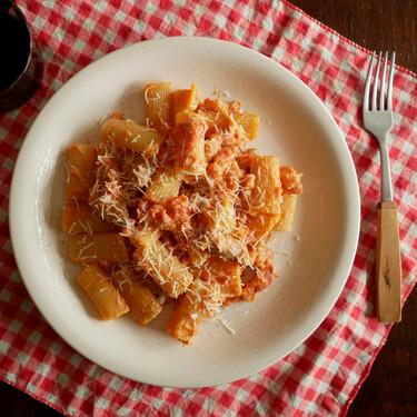 Rigatoni alla zozzona: la receta de pasta italiana a medio camino entre la carbonara y la amatriciana