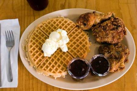 Waffle y pollo