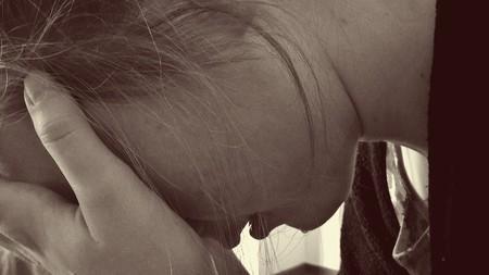 chica con las manos en la cara, llorando