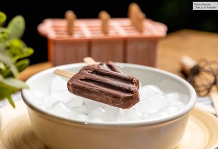 Polos de chocolate con tres ingredientes, increíblemente cremosos y fáciles (con vídeo incluido)