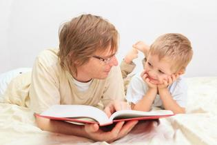 Los niños disfrutan de que sus padres les lean antes de ir a dormir (o hubieran querido disfrutarlo)