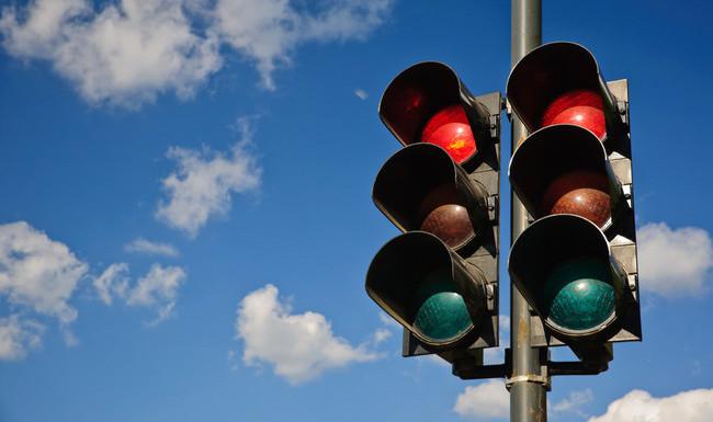 Cómo funcionan los semáfaros con cámara que multan en Madrid y por qué están en entredicho