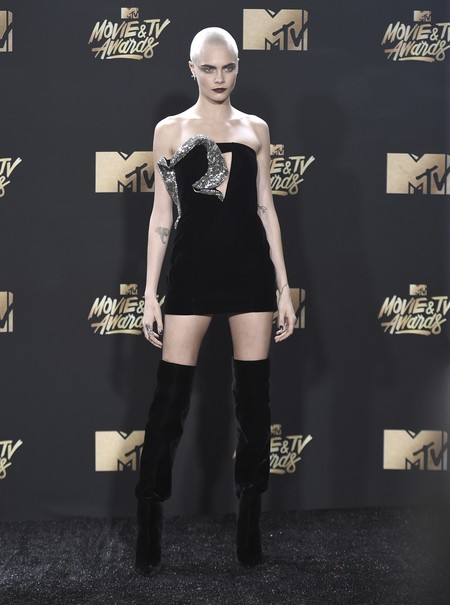 cara delevingne mtv movie awards 2017 tatuaje cabeza pelo