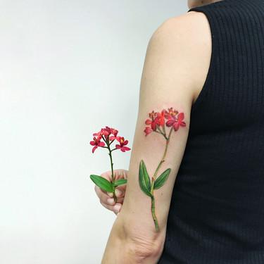 Damos la bienvenida a la primavera con los 33 tatuajes florales más delicados de Instagram