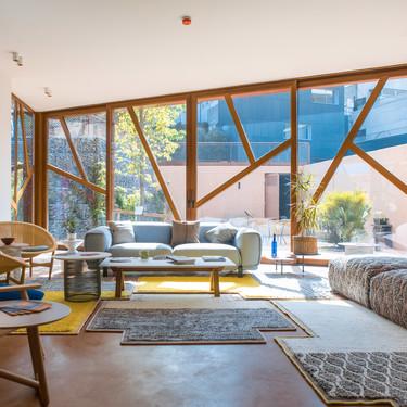Diseño para el bienestar, Patricia Urquiola diseña una sala junto a un hospital de Barcelona para que enfermos y familiares oncológicos puedan relajarse y descansar en el entorno cálido y agradable