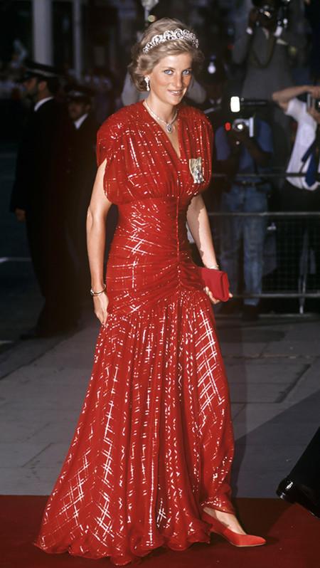 Diana con vestido rojo