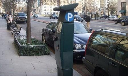 Todo apunta a que en un tiempo Madrid podría cobrar los domingos por aparcar en la calle
