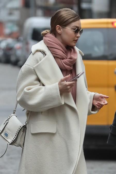 Gigi Hadid saca todo el partido a un abrigo blanco que vas a desear tener en tu armario