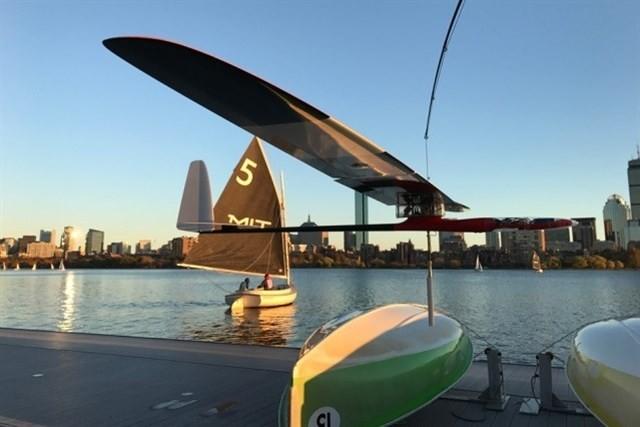Vuela como un albatros y navega como un velero, así es este robot planeador