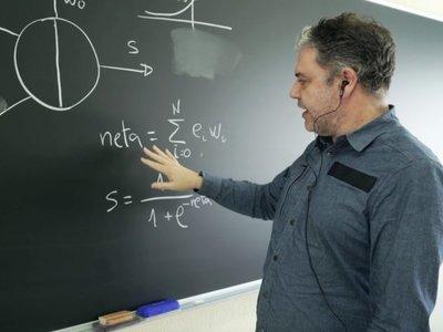 Telefónica lanza una aplicación para alumnos con discapacidad auditiva que transcribe a texto lo que dice el profesor
