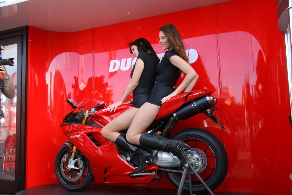 Foto de Las pit babes de Estoril en una Ducati 1098 (1/35)