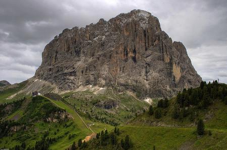 Vista del Sasslonch en las Dolomitas desde el municipio de Sëlva en Italia.