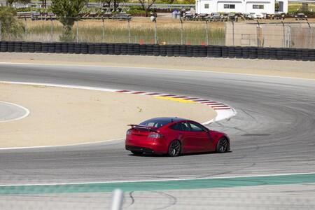¡Brutal! El Tesla Model S Plaid enseña su enorme alerón escamoteable volando en este vídeo en busca de un récord