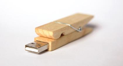 Spinacz, una pinza de madera USB