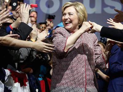 Así se ve en el desfile la chaqueta de 12.000 dólares que usó Hillary Clinton mientras hablaba de desigualdad
