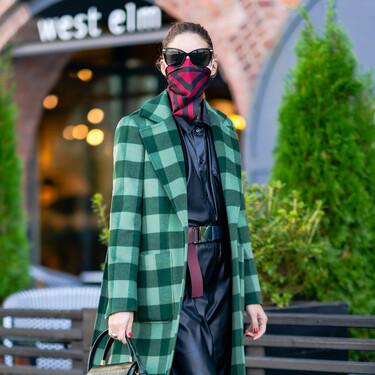Olivia Palermo nos da una magnífica idea para el otoño: mezclar un abrigo de cuadros, un vestido de piel y unas botas militares