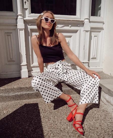 Lo único que necesitas para animar tu look son unos zapatos rojos
