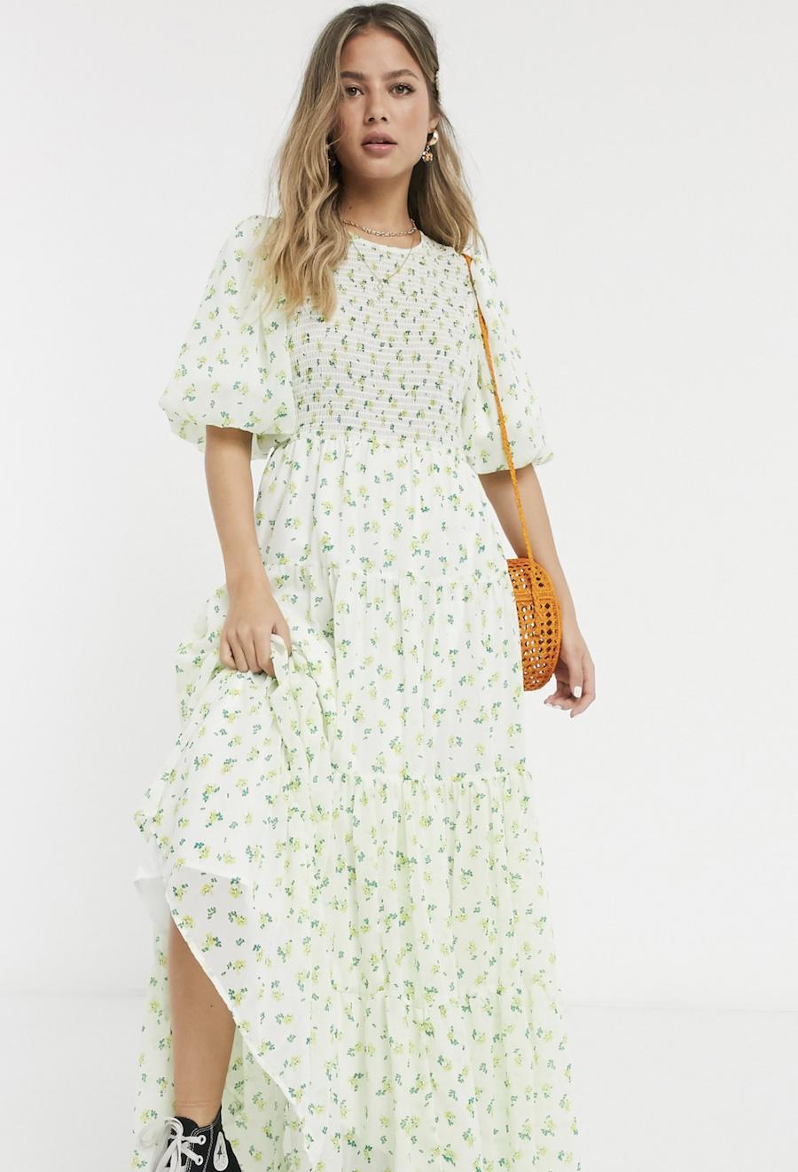 Vestido largo a capas con diseño fruncido y estampado de florecitas de ASOS DESIGN