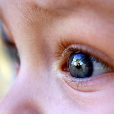 Cómo poner gotas en los ojos de los niños, sin llantos ni agobios