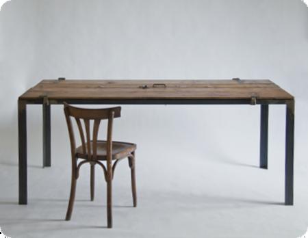 Una mesa muy versatil, realizada con dos puertas de entrada