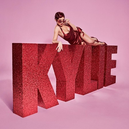 Kylie Jenner se convierte en una pelirroja explosiva con su nueva colección de maquillaje para San Valentín