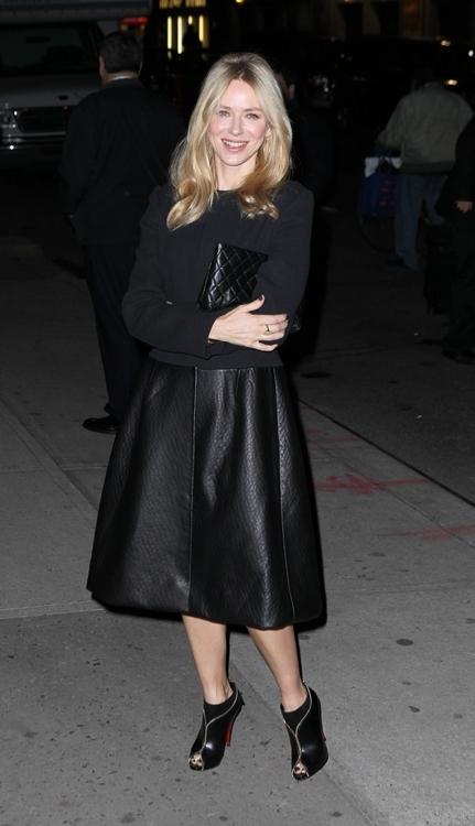 Famosas en el show de Letterman: el negro de Naomi Watts contra el color de Katie Holmes