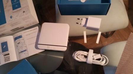 Detalle del tado y del adaptador de corriente, no deja de ser un cargador USB con conector microUSB como el de los móviles
