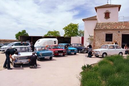 El equipo de Seat coches históricos cuidando los coches