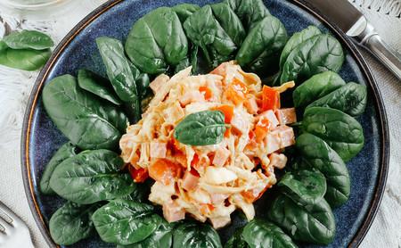 Ensalada de pollo, jamón y espinacas. Receta de ensalada saludable