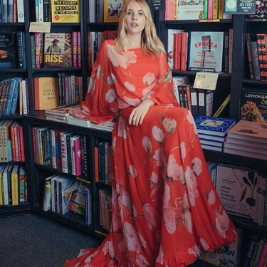 Emma Roberts nos hace soñar con un maravilloso vestido floral de Valentino (y repleta de libros)