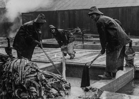Tres Mujeres Trabajando El Cuero
