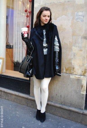 Vestido azul y medias blancas