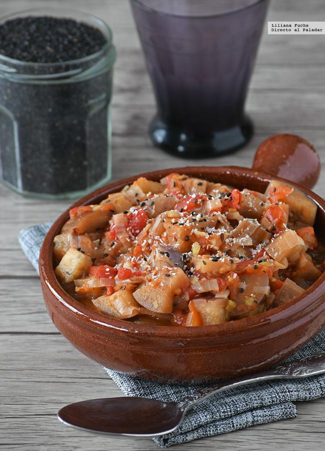 Berenjena en salsa de tomate al curry y coco. Receta de guarnición aromática