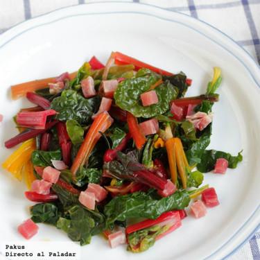 Acelgas arcoiris salteadas con jamón, receta ligera para cenar de forma saludable