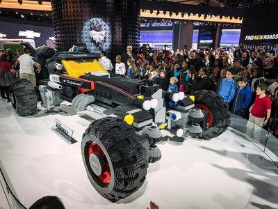 ¿A que no te atreverías a armar este Batimóvil Lego de 344,187 bloques y 5 metros de largo?