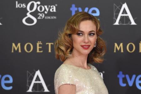 Marta Hazas con un Jorge Vázquez dorado y con cola en los Premios Goya 2015