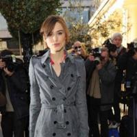 Keira Knightley se apunta a la moda del trench
