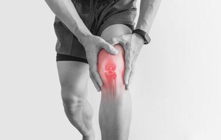 Mano en la rodilla con dolor